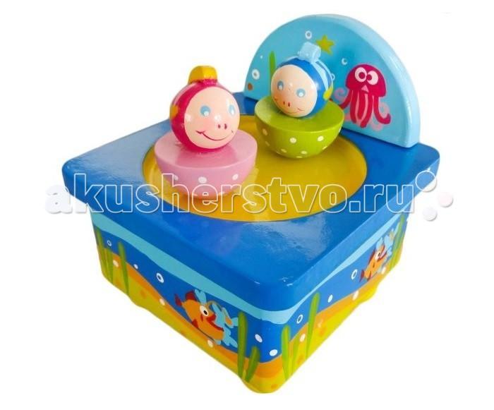 Деревянная игрушка Mapacha Волшебная коробочка Подводный мирВолшебная коробочка Подводный мирДеревянная игрушка Волшебная музыкальная коробочка Подводный мир от производителя деревянных игрушек Mapacha.  Игрушка сделана по принципу музыкальной шкатулки.  Снизу находится специальный рычажок, который нужно прокрутить несколько раз, чтобы зазвучала приятная мелодия.  Две симпатичные рыбки станут кружиться под музыку и перемещаться по поверхности благодаря встроенным магнитам.  Игрушка развивают мелкую моторику рук, слуховое и зрительное восприятие. Материал: дерево<br>