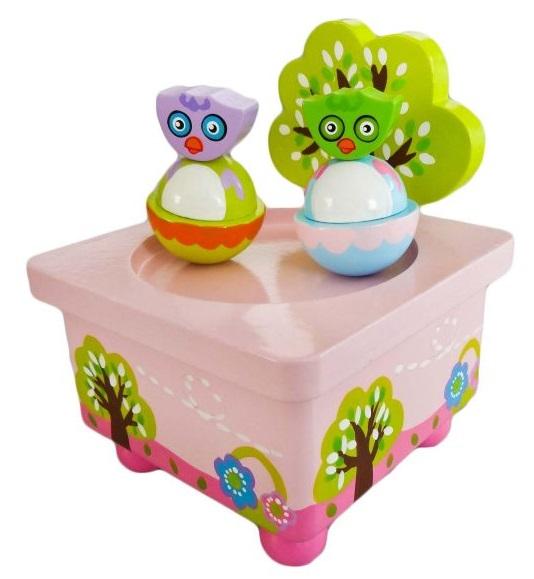 Деревянная игрушка Mapacha Волшебная коробочка СовушкиВолшебная коробочка СовушкиДеревянная игрушка Волшебная музыкальная коробочка Совушки от производителя деревянных игрушек Mapacha.  Игрушка сделана по принципу музыкальной шкатулки.  Снизу находится специальный рычажок, который нужно прокрутить несколько раз, чтобы зазвучала приятная мелодия.  Две симпатичные птички станут кружиться под музыку и перемещаться по поверхности благодаря встроенным магнитам.  Игрушка развивают мелкую моторику рук, слуховое и зрительное восприятие. Материал: дерево<br>