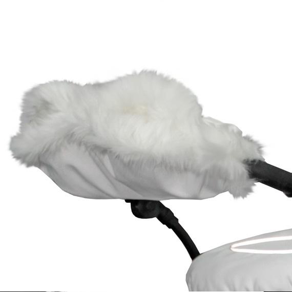 Esspero Муфта для рук на коляску Gentle LeatheretteМуфта для рук на коляску Gentle LeatheretteМуфта для рук на коляску Esspero Gentle Leatherette.   Пушистая, белоснежная муфта идеально подойдет для любой коляски. Мех средней длины и плотная ткань верха делают эту муфту идеальной для зимы.   Модель усовершенствована и имеет специальные резинки для более комфортного прилегания к рукам. Дополнительные кнопочки внутри муфты помогут Вам пристегнуть ее поудобнее.   Этой муфте не страшны даже мокрые осадки - ткань верха полностью непромокаема. В стужу или мокрый снег с муфтой Esspero Gentle Leatherette Вам будет комфортно и тепло.   Муфта Esspero Gentle Leatherette: верхнее покрытие из эко-кожи плотное, полностью водонепроницаемое внутри искусственный мех магнитные кнопки и вставки с резиночками внутри подходит для любого типа коляски  Шерсть вбитая в ткань<br>