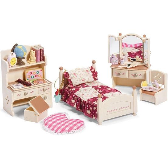 Sylvanian Families Детская комната бежеваяДетская комната бежеваяНабор Детская комната Silvanian Families в бежевых тонах — девичья спальня, где есть подростковая кровать, заправленная постельным бельем в стиле пэчворк, розовая пижамка, трельяж, куда можно поставить разнообразные флакончики, положить расческу и маленькое зеркальце, а в ящики трельяжа можно спрятать забавные кулончики.  Кроме того, здесь есть письменный стол с полкой, за которым удобно делать уроки, а на полке можно расставить книги и глобус. В спальный гарнитур также входит кресло и пуфик с открывающейся крышкой, клетчатая подушка в форме сердца.  В наборе: кровать туалетный столик кресло пуфик стол аксессуары  Внимание: зверюшки в набор не входят.  Сказочный мир игровых наборов Sylvanian Families разнообразен - это всевозможные зверюшки, у каждого из которых есть собственный дом, семья, работа. Состав семей в игровых наборах Sylvanian Families не ограничивается стандартным «папа, мама, ребенок», здесь есть даже бабушки и дедушки. Герои игровых наборов Sylvanian Families разнообразны: кролики, еноты, медведи, мыши, ежи, белки и многие другие. Однако разнообразием героев мир игрушек Sylvanian Families не ограничивается. Дома, предметы мебели, игрушечная еда и многие другие аксессуары представлены в ассортименте игрушек Sylvanian Families.<br>