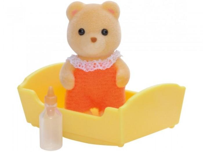 Sylvanian Families Игровой набор Малыш медвежонокИгровой набор Малыш медвежонокМаленький медвежонок из набора Sylvanian Families «Малыш медвежонок» выглядит просто очаровательно в своем оранжевом комбинезончике. Комбинезон застегивается на липучку, его легко снять и надеть снова. Медвежонок очень похож на своих родителей: такие же глазки-бусинки и бархатистая шерстка. Малыш медвежонок любит спать в своей уютной кроватке. А бутылочка с соской не даст ему проголодаться. Замечательный малыш ждет, чтобы его покормили и уложили спать!   В набор Sylvanian families Малыш медвежонок входит: Малыш (4 см), бутылочка, колыбелька.   Вся одежда легко снимается, ее можно стирать. Фигурки зверушек выполнены из приятного бархатистого материала, их можно купать. Головы и лапки двигаются, что делает игру еще более правдоподобной, сзади хвостики.  Как и другие игровые наборы Sylvanian Families этот набор развивает у ребенка чувство ответственности и заботы, формирует представление о семейных ценностях.  Сказочный мир игровых наборов Sylvanian Families разнообразен - это всевозможные зверюшки, у каждого из которых есть собственный дом, семья, работа. Состав семей в игровых наборах Sylvanian Families не ограничивается стандартным «папа, мама, ребенок», здесь есть даже бабушки и дедушки. Герои игровых наборов Sylvanian Families разнообразны: кролики, еноты, медведи, мыши, ежи, белки и многие другие. Однако разнообразием героев мир игрушек Sylvanian Families не ограничивается. Дома, предметы мебели, игрушечная еда и многие другие аксессуары представлены в ассортименте игрушек Sylvanian Families.<br>