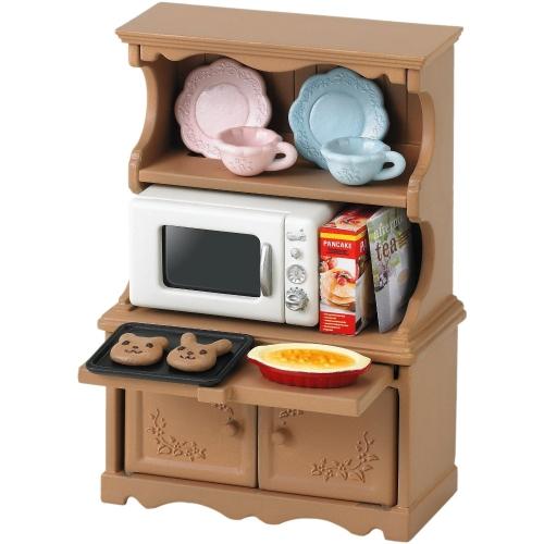 Sylvanian Families Игровой набор Буфет с микроволновой печьюИгровой набор Буфет с микроволновой печьюКаждой хозяйке нужна кухня, которая как следует обставлена необходимой мебелью и приборами, чтобы все было под рукой, когда она готовит вкусную еду для своих домашних. Разместить посуду, различные крупы и специи можно в удобном и красивом буфете, который будет вписываться в кухонный интерьер.  В набор входят: буфет, микроволновая печь, тарелки, чашки, поднос, пирог, коробки с продуктами и аксессуары.  Сказочный мир игровых наборов Sylvanian Families разнообразен - это всевозможные зверюшки, у каждого из которых есть собственный дом, семья, работа. Состав семей в игровых наборах Sylvanian Families не ограничивается стандартным «папа, мама, ребенок», здесь есть даже бабушки и дедушки. Герои игровых наборов Sylvanian Families разнообразны: кролики, еноты, медведи, мыши, ежи, белки и многие другие. Однако разнообразием героев мир игрушек Sylvanian Families не ограничивается. Дома, предметы мебели, игрушечная еда и многие другие аксессуары представлены в ассортименте игрушек Sylvanian Families.<br>