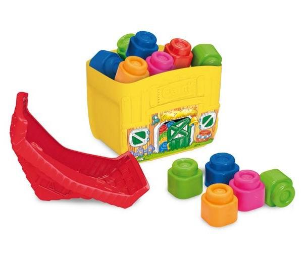 Конструктор Clementoni набор Ферма с кубиками Baby Clemmyнабор Ферма с кубиками Baby ClemmyМягкий ароматизированный конструктор из серии Clemmy для малышей. Развивает внимание, фантазию и пространственное мышление у малыша, укрепляет мелкие мышцы рук.  Упакованы в пластиковый ящик в виде фермы, крышка которого может быть основой для конструкций.   крупные блоки удобны для детских ручек выполнены из мягкой резины, очень приятны на ощупь ароматизированы — имеют приятный оригинальный запах не токсичны использованы основные цвета — легко воспринимаются малышом, можно использовать для обучения моются водой — во время купания малыш тоже может поиграть в конструктор просты в собирании — самые маленькие крохи легко могут соединять и разъединять блоки  В комплекте: 2 фигурки 7 блоков  Размер одиночного блока 5х5х5 см.<br>