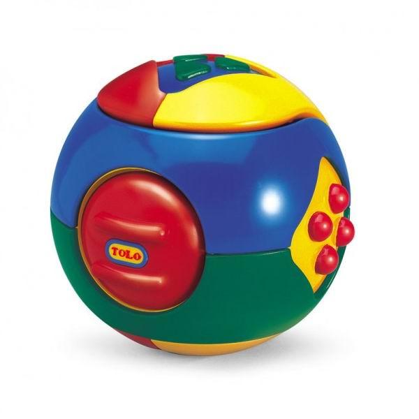 Развивающая игрушка Tolo Toys Пазл ШарПазл ШарИдеальный первый набор функций для малыша. Помогает в развитии навыков манипуляции и мелкой моторики.  Этот красивый многофункциональный шар-пазл от фирмы ТОЛО бесспорно понравится вашему малышу.   Это не только забавная игрушка-шар диаметром 10 см, который очень удобно держать в ручках, это одновременно погремушка с тремя различными звучаниями и сборный пазл из трёх частей.   Три детали, при сборке образующие шар, имеют различные цвет, форму и звучание. С обеих сторон расположен выступающий рельефный треугольник, при нажатии на который слышен писк.   Следующее задание трудно для детских пальчиков: если двумя пальчиками повернуть квадрат с четырьмя выпуклыми точками, то шарик трещит. Если шарик просто трясти – слышен треск. Таким образом, развивается как крупная, так и мелкая моторика, мускулатура и координация движений.<br>