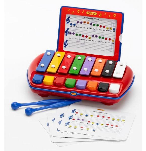 Музыкальная игрушка Tolo Toys КсилофонКсилофонДетский ксилофон с восемью пластинами.   Играть можно нажимая на клавиши или ударяя по пластинам молоточками (входят в комплект).   Большая удобная ручка позволит брать ксилофон в любую поездку и путешествие.   Две палочки легко и надежно закрепляются на задней стенке ксилофона.  В набор входят ноты с соответствующей цветовой индикацией для восьми популярных мелодий.  Игрушки Tolo отличаются высоким качеством изготовления и повышенной прочностью.<br>