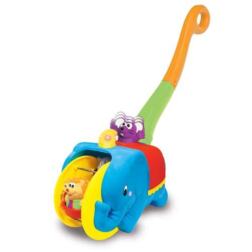 Каталка-игрушка Kiddieland Цирковой слонЦирковой слонЯркая игрушка-каталка Цирковой слон с удобной ручкой, мигающими огоньками и приятными мелодиями.  Когда малыш катит игрушку перед собой, мышонок на спине слоника двигается вверх-вниз, а фигурки цирковых зверей кружатся на карусели.  Во время игры звучат веселые мелодии и реалистичные звуки животных.  Разработанный специально для малышей, которые учатся ходить!<br>