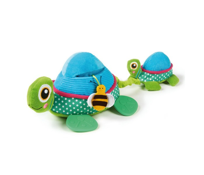 Развивающая игрушка Oops ЧерепахаЧерепахаИгрушка развивающая Черепаха Oops - забавная яркая черепашка с маленьким детенышем обязательно понравится Вашему ребенку.   Особенности: Если потянуть маленькую черепашку за хвостик, то она опять притянется к черепашке-маме.  А милую пчелку можно спрятать в кармашек на боку у большой черепашки. Игрушка изготовлена из разнофактурных высококачественных материалов. В процессе игры развивается крупная и мелкая моторика, цветовое восприятие, координация движений, тактильные ощущения.  Швейцарская компания Oops специализируется на разработке и производстве эксклюзивных игрушек и аксессуаров для детей. Яркий узнаваемый дизайн, разнообразие используемых высококачественных материалов, широкий спектр расцветок и размеров, безупречное качество изготовления — это слагаемые успеха торговой марки. Ассортимент товаров Oops включает в себя мягкие и деревянные игрушки, полезные аксессуары, текстиль и даже мебель для спальни. Каждая линия детской продукции, с момента зарождения, детально прорабатывается в строгом сотрудничестве с лучшими лабораториями мира, с целью создания товаров высочайшего качества.<br>