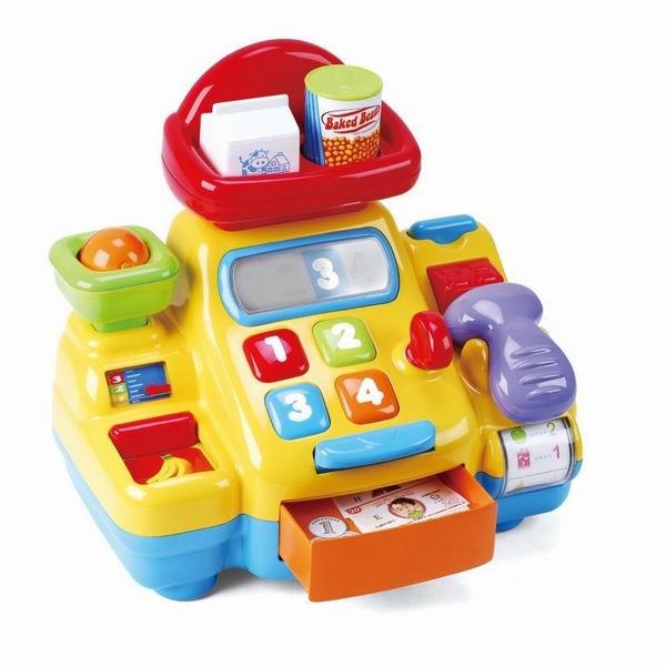 Playgo Моя первая кассаМоя первая кассаМоя первая касса Playgo идеально подходит для ролевых игр с несколькими детьми одновременно.  Один из них будет продавцом, а другие — покупателями.   Покупатель может выбрать товар и передать его продавцу. Тот, в свою очередь, посчитает его стоимость с помощью встроенного в кассу калькулятора, который включается с помощью кнопочки ON. Чтобы дать сдачу, нужно открыть кассу, нажав на другую кнопочку.  Также необходимо отсканировать штрих-код товара с помощью сканера, который может издавать характерные звуки.   Яркий и веселый игрушечный кассовый аппарат, который поможет малышу познакомиться с первыми цифрами (1, 2, 3 и 4) и азами счета, работе с кассой.   Игрушка развивает внимание, логическое мышление, мелкую моторику пальцев ребенка.  Батарейки: 3XAA, в комплекте<br>