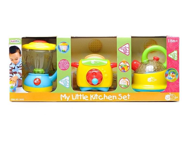 Playgo Мой первый кухонный набор 2600Мой первый кухонный набор 2600Мой первый кухонный набор – это замечательный комплект посуды, знакомящий ребенка с кухонной утварью и приборами.  Особенности звуковые и световые эффекты позабавят малышку, добавив сюжетной игре еще больше интереса и блеска. крышка блендера съемная в прозрачную емкость можно насыпать продукты есть большая кнопка включения и выключения, при нажатие на которую раздается звук, имитирующий работу блендера чтобы выскочил тост, нужно нажимать на кнопочку если покрутить красное колесико на лицевой панели тостера, раздается приятная негромкая мелодия удобная зеленая ручка чайника оснащена яркой красной кнопкой верхняя часть чайника — прозрачная, с прозрачной маленькой крышечкой и красной круглой ручкой при нажатии на кнопку вода в чайнике «закипает», и чайник издает звук, сообщающий о кипении воды сюжетно-ролевые игры с набором поспособствуют развитию социальных навыков, мелкой моторики, разговорной речи, ловкости, хозяйственности, приучат малышку к порядку, привьют любовь к чистоте.  Размеры: блендера 15х18х10 см, тостера 30х15х30 см, чайника 18x18x8 см<br>
