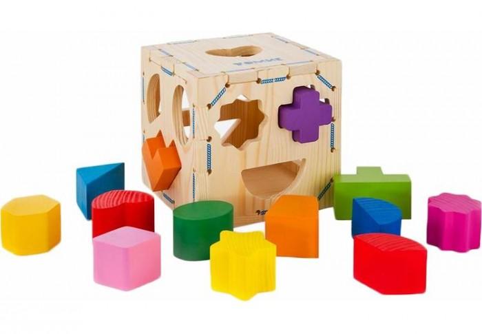 Деревянная игрушка Томик Сортер Геометрические фигурыСортер Геометрические фигурыСортер Геометрические фигуры Томик - прекрасная игрушка для развития детской фантазии, моторики и просто для проведения приятной и веселой игры.   Принцип игры: подобрать для каждого элемента соответствующее по форме отверстие в кубе и протолкнуть внутрь.  Фигурки качественно обработаны и покрыты нетоксичной краской.  Игрушка изготовлена полностью из натуральных материалов  Для изготовления сортировщика были взяты хвойные породы деревьев.  Грани деревянного куба снимаются.  В комплект входит: Куб с отверстиями Деревянные фигурки - 13 шт<br>