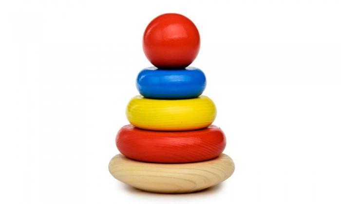 Деревянная игрушка Томик Пирамидка 5 деталейПирамидка 5 деталейПирамидка «Томик» совсем маленькая и очень симпатичная, подойдет для таких же маленьких и симпатичных карапузов.  Высота пирамидки – 9 см. Она состоит из 4 колец и шарика-наконечника. Ширина каждого кольца – 1,2 см.  Колечки очень легко одеваются на деревянное основание, а сверху закрепляются шариком.  Пирамидка – это совершенно необходимая игрушка для малышей, желающих вырасти умными и развитыми. Судите сами: пирамидка развивает мелкую моторику и координацию движений обеих рук, знакомит с разными цветами и размерами предметов, учит соотносить и сравнивать предметы по этим признакам. С помощью пирамидки можно освоить устный порядковый счет.  Пирамидка «Томик» упакована в полиэтиленовый пакет. В набор входит: основание, 4 кольца, наконечник. Материал: экологически чистая древесина хвойных пород, безопасные красители.<br>