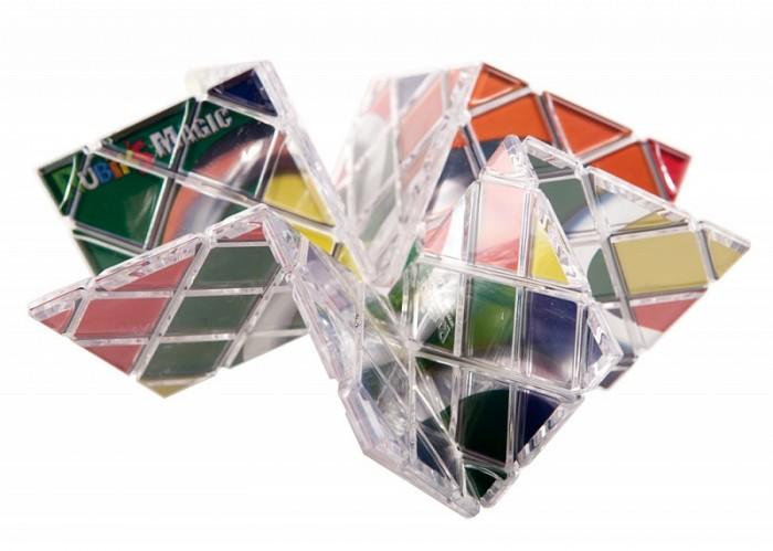 Рубикс Головоломка-трансформер МагияГоловоломка-трансформер МагияМагия Рубика – это необычная, но очень интересная плоская головоломка из 8 квадратных панелей, образующих прямоугольную пластину 4х2 с рисунком в виде трех колец. Панели хитроумно связанны между собой леской, очень похожей на рыболовную. Такая конструкция позволяет перемещать панели между собой. Также, благодаря такому устройству, головоломку можно гнуть, крутить и сворачивать в различных направлениях, из-за чего панели будут меняться местами и изначальный рисунок на пластине исчезнет.   Цель игры – собрать осмысленный рисунок на одной из сторон пластины, либо построить трехмерную фигуру из ее панелей.   Задача решается простыми складываниями и манипуляциями с панелями, которые можно менять местами, переворачивать и даже накладывать друг на друга в несколько слоев. Эта с виду простая игрушка идеальна для развития изобретательности и творчества!   ВАЖНО! Никогда не применяйте силу и не перекручивайте леску! Если чувствуете сопротивление при попытке перемещения одной из панелей, то не торопитесь, а проверьте двигаются ли панели легче в других направлениях. Не вытягивайте леску и не вынимайте ее. Если панели чуть-чуть сместятся относительно друг друга, достаточно их аккуратно потянуть и вернуть на место.<br>