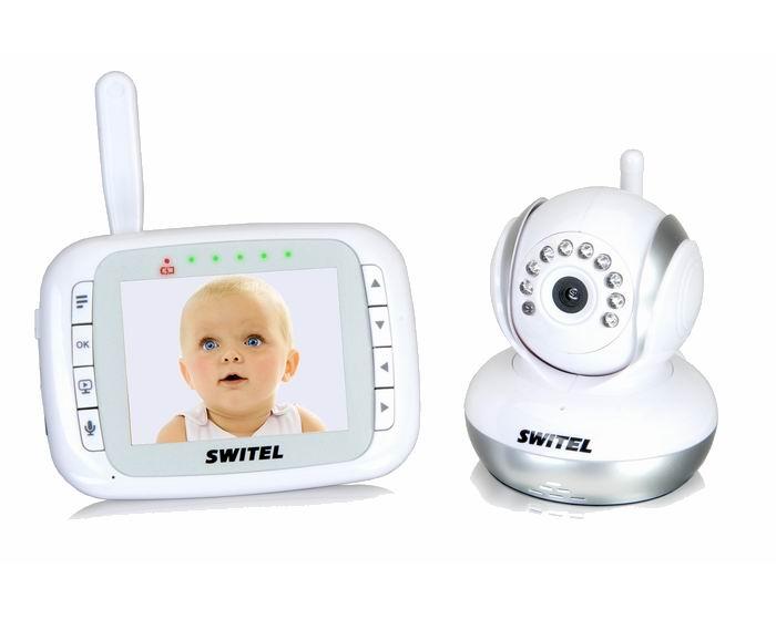 Switel Видеоняня BCF985Видеоняня BCF985Цифровая видеоняня Switel BCF985 от известного Швейцарского производителя товаров для ухода за новорожденным.   И детский и родительский блок модели Switel BCF985 работают как от сети, так и от встроенных аккумуляторов!  Видеоняня оснащена всеми важными функциями, которые родители ожидают от надежного устройства для удаленного наблюдения за ребенком.   Видео-няня Switel BCF985 оснащена двухсторонней связью, системой оповещения при обнаружении детского плача (VOX), дальностью приёма 300 метров, термометром для контроля температуры в детской и функцией удаленного управления поворотом камеры в любом направлении, а также прочими полезными функциями. Все это, наряду с высоким качеством европейской торговой марки, обеспечивает надежность и безопасность контроля за малышом в детской комнате.  Благодаря видеоняне Switel BCF985 с оптимальным размером дисплея (8,9 см.) вы сможете удаленно наблюдать за ребенком, поворачивая камеру при необходимости и приближая изображение. При недостаточном освещении в детской комнате или в ночное время автоматически включается режим ночного видения, и родители могут контролировать малыша даже в полной темноте, при этом все функции оповещения у видеоняни Switel BCF985 продолжают работать в обычном режиме.  Видео-няней Switel BCF985 пользоваться очень легко и просто, в ней всё интуитивно понятно, а крупные кнопки управления вынесены на лицевую панель устройства. На задней панели видео-няни в корпус встроена выдвижная подставка, которая позволяет расположить видео-няню в вертикальном положении и контролировать кроху, спокойно занимаясь домашними делами. Если малыш расплачется, видеоняня оповестит родителей, а двухсторонняя связь позволяет поговорить с крохой, пока мама или папа спешат в детскую. Для того, чтобы успокоить ребенка родительским голосом, если вы не в состоянии оказаться рядом слишком быстро, то достаточно нажать на удобно расположенную на родительском блоке кнопку и начать говорить.  Особенност