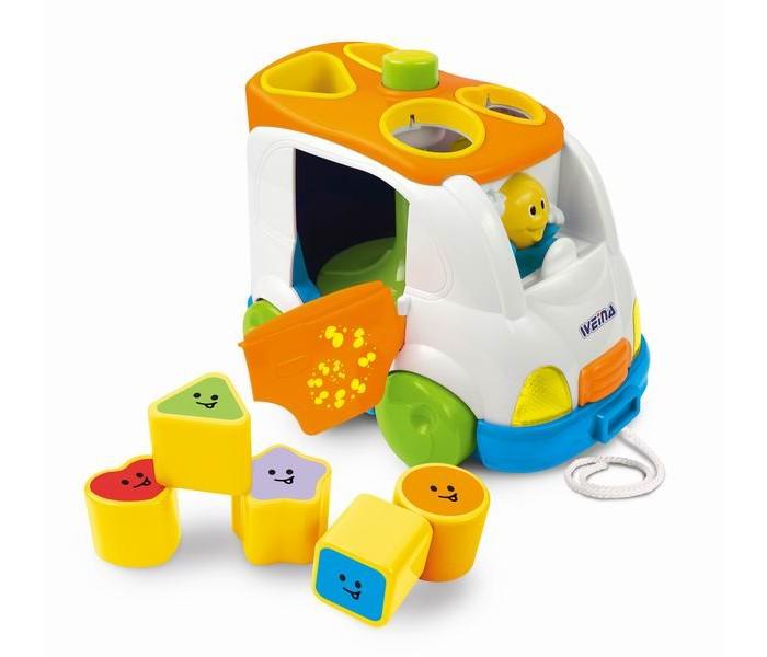 Weina Музыкальный микроавтобусМузыкальный микроавтобусМузыкальный автобус очарует вашего малыша. Машинка комплектуется пятью формочками, каждую из которых нужно вложить в свою ячейку. Если ребенок все сделал правильно, то услышит мелодию.  Потяните машинку за веревочку: у игрушки включатся фары и звуковые эффекты. Чтобы выгрузить формочки, нужно нажать кнопку и дверца откроется.  Это отличная игрушка для развития мелкой моторики рук. Музыкальный автобус заинтересует вашего малыша и будет ему хорошим помощником для развития памяти и логического мышления.  Особенности: Подходит для детей старше 18 месяцев Функция сортера Световые эффекты (мигание) и два типа звуковых Игрушка включается и выключается поворотом ключа Батарейки 2 x AA (1.5 В) входят в комплект  Собирать игрушку и устанавливать батареи должны только взрослые. Не используйте одновременно старые и новые батареи или разных типов: щелочные, стандартные (углецинковые) или перезаряжаемые (никель-кадмиевые).<br>