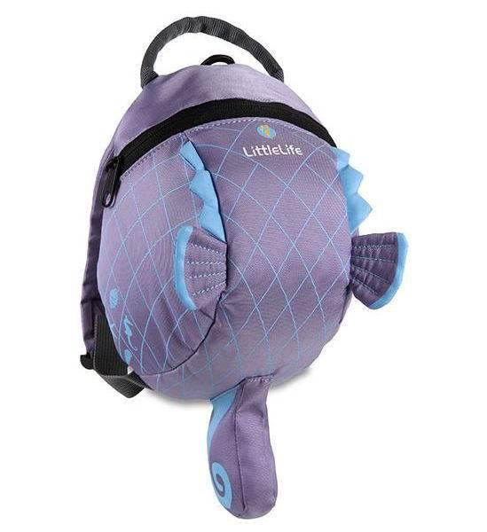 LittleLife Рюкзак с поводком Морской конекРюкзак с поводком Морской конекВместительный рюкзак LittleLife в виде морского конька не оставит равнодушным ни одного ребенка. Выполнен из высококачественных материалов. Мягкие регулируемые плечевые ремни оснащены дополнительным ремешком, который фиксируется на груди, предотвращая соскальзывание рюкзака. Бейджик для имени и адреса внутри рюкзака поможет найти владельца при утере рюкзака. Капюшон-дождевик защитит голову ребенка от вредного воздействия солнечных лучей или от дождя.   Особенности: Предназначен для детей в возрасте от 1 года до 4 лет Материалы: полиэстер/нейлон Основное отделение на молнии Регулируемые по длине плечевые ремни Нагрудный ремень с фиксатором Отстегивающийся поводок Капюшон-дождевик Бейджик для имени и адреса  В комплекте: поводок, капюшон-дождевик.  Размеры: 14 х 18 х 23 см Емкость: 2 л<br>