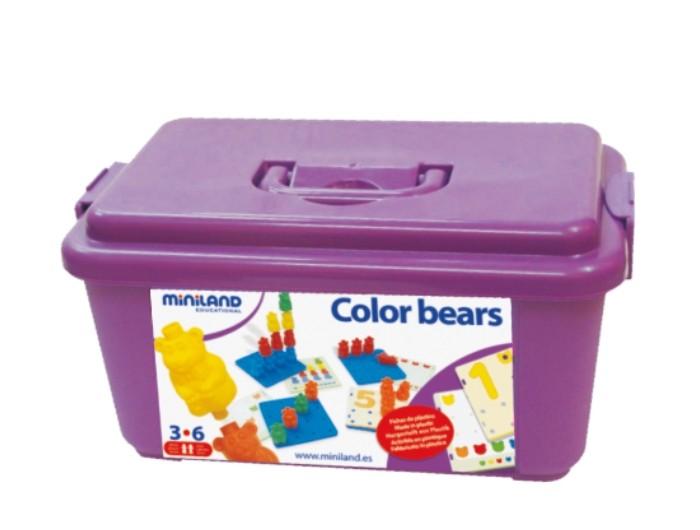 Развивающая игрушка Miniland Обучающий чемоданчик Мишки с заданиямиОбучающий чемоданчик Мишки с заданиямиНабор Разноцветные медвежата, 108 шт, 6 картинок, в контейнере Замечательный набор для сортировки деталей по ассоциациям, сравнений по форме и цвету, а так же начальных основ ориентации в пространстве и азов математики, фигурки отличаются по цвету в 6 цветах.   В наборе восемнадцать карточек заданий, шесть пластин основ.  Возраст: от 3 до 6 лет  Материал: Пластмасса<br>