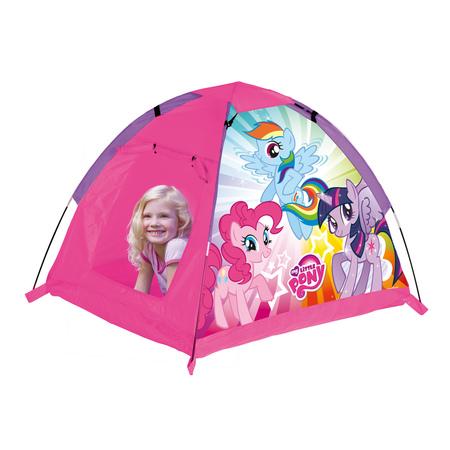 John Игровая палатка Моя маленькая пониИгровая палатка Моя маленькая пониДетская палатка для игр в саду, защищает от солнца и небольших атмосферных осадков. Удобно и быстро собирается и разбирается, имеет водоотталкивающую наружную ткань и пол из прочного синтетического материала. Свободностоящая конструкция с проветриваемым верхом не требует дополнительных растяжек или колышков, поэтому ее легко можно собрать и в помещении. Палатка украшена снаружи изображениями героев популярного мультфильма.   Особенности: Каркас легко собирается из трубочек Вход в палатку может быть открытым благодаря креплениям-ленточкам Подходит для игры в помещении и на улице Легкая в уходе и хранении  Размеры товара: 110 х 90 х 80 см<br>