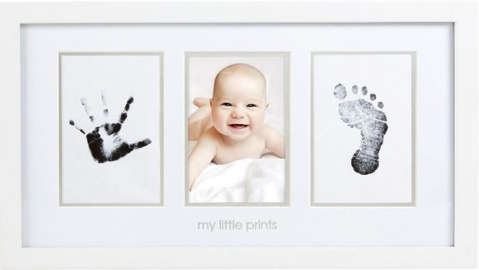 Pearhead Рамочка тройная с отпечаткомРамочка тройная с отпечаткомЗапечатлейте самые памятные моменты своей жизни с помощью элегантной классической настенной рамки. Продемонстрируйте дорогое сердцу фото вместе с отпечатком ручки или ножки Вашего малыша. Комплект включает штемпельную подушечку «чистое касание», карточки для снятия отпечатков, антикоррозийную подставку с закругленными кромками рамки, распечатанные страницы. Такая рамка прекрасно впишется в домашний интерьер и долгие годы будет напоминать всей семье о самых значимых моментах Вашего крохи.   Размер рамки (ДхВхШ) 46х25х3 см.  В комплект входит: деревянная рамка; подушечка «чистое касание» для легкого создания отпечатков.  Компания Pearhead создает неповторимые подарочные наборы и товары для детей и домашних питомцев с 1999 года. Оригинальная продукция отличается простотой и функциональностью дизайна, при этом передает невероятную чувственную красоту домашнего декора. Pearhead - это бережное отношение к традициям и уважение к семейным ценностям в сочетании с яркими инновационными идеями.<br>