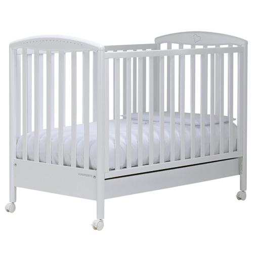 Детская кроватка Foppapedretti CristallinoCristallinoДетская кроватка Foppapedretti Cristallino – это современные технологии и высокое качество материалов для самого комфортного и безопасного сна вашего малыша.  Для удобства мамы, боковая стенка кровати регулируется в двух положениях по высоте. Кроватка оснащена вместительным двухсекционным ящиком и прорезиненными колесиками с фиксаторами для ее легкого перемещения.   Отсутствие острых углов и идеальная обработка каркаса, современные экологически чистые материалы в соответствии с европейскими стандартами безопасности подарят малышу самые сладкие сны. Спинки кровати украшены стразами.  Особенности: Каркас кровати выполнен из сертифицированного массива бука – прочного и долговечного материала, лучшего для малыша первых лет жизни. Он покрыт специальными нетоксичными лаком и красками, полностью безопасными для ребенка.  Передняя стенка кровати легко регулируется в двух вариантах по высоте с помощью механизма «автостенка». Кровать подходит для матраса размером 125x65 см и толщиной до 12 см. Кроватка имеет большой удобный выдвижной ящик с двумя отделениями для хранения предметов, необходимых для ухода за ребенком. Мобильность модели обеспечивают четыре поворотных резиновых колеса, не царапающие поверхность пола. Для установки в неподвижном положении на двух из них имеются стопоры. Кровати Foppapedretti соответствуют самым строгим европейским стандартам безопасности, имеют жесткую систему контроля качества. В них отсутствуют мелкие детали, которые могут быть случайно проглочены ребенком, закруглены углы и края, тщательно рассчитано безопасное расстояние между прутьями. Кровати испытаны с использованием статических и движущихся объектов, что гарантирует их устойчивость даже для самых подвижных малышей. Подъем и опускание подвижной стороны кровати требует двойного действия, которое может быть выполнено только взрослыми людьми и полностью безопасно для малыша. Нежный и изысканный дизайн коллекции Cristallino идеально впишется
