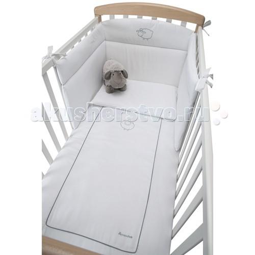 Комплект в кроватку Foppapedretti Pekos (4 предмета)Pekos (4 предмета)Очаровательный комплект в кроватку Pekos из 4-х предметов украсит комнату Вашего малыша, а так же подарит ему сладкий и крепкий сон.  В комплекте: Пододеяльник Наволочка Бортик на половину кровати Одеяло  Производится только из экологически чистых и безопасных материалов высокого качества.  Состав ткани 100% хлопок. Наполнитель - полиэфирное волокно.<br>