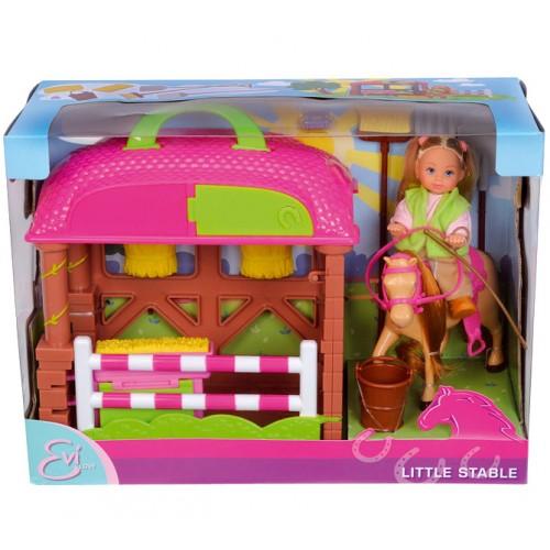 Simba Кукла Еви с лошадкойКукла Еви с лошадкойЕви с лошадкой - настоящая наездница, она уверенно держится в седле и управляет лошадкой.  Особенности: куколка Еви изготовлена из качественного пластика у Еви большие рисованные глазки у куклы длинные волосы, которые можно расчесывать  Одежда: куколка одета в розовую кофточку с длинным рукавом, зеленую безрукавку, коричневые штанишки и коричневые ботиночки  Игровые возможности: руки и ноги куколки подвижны, куколку можно сажать волосы Еви можно расчесывать, делать различные прически вся одежда легко снимается, куколку можно переодевать Еви можно сажать на лошадку  В комплекте: кукла Еви, конюшня, лошадь, ведерко, уздечка для коня и седло, трамплин  Высота куколки Еви 12 см<br>