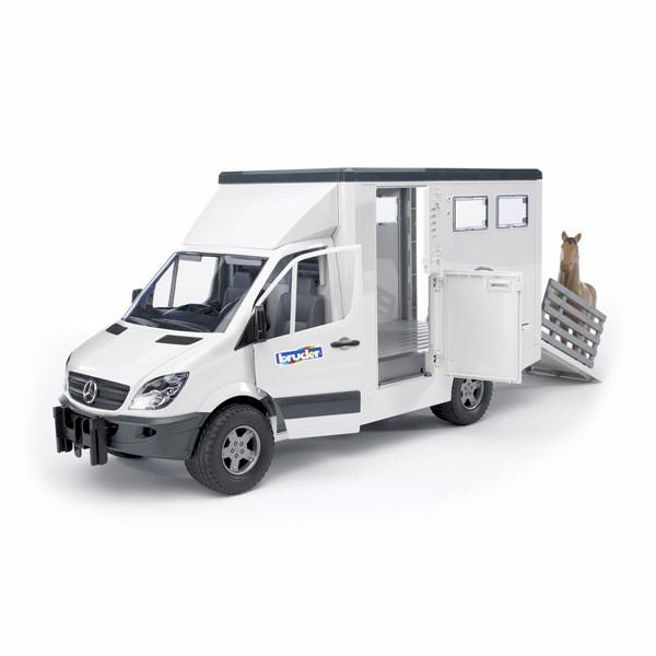 Bruder Фургон с лошадью Mercedes-Benz SprinterФургон с лошадью Mercedes-Benz SprinterФургон с лошадью Bruder Mercedes-Benz Sprinter изготовлен грамотно, с большим вниманием к мельчайшим деталям.    Особенности:    Масштаб 1 к 16  Боковая дверь фургона состоит из двух створок.  Задняя – с легкостью трансформируется в удобный настил с высокими поручнями.  В кабину также обеспечен доступ.   Открыв дверцу, туда можно поместить фигурку водителя.     В комплекте:    фургон  лошадь (есть возможность выбора из трех разных расцветок)   Все машинки, автомобили, спец. техника Брудер, в том числе и данный экскаватор колёсный Liebherr, сертифицированы в соответствии с действующими правилами. Для их изготовления производитель использует только лучшие современные материалы, не токсичные, не содержащие аллергенов. Добротные комплектующие детали рассчитаны на высокие нагрузки. Такие замечательные игрушки даже после длительного использования сохраняют великолепный внешний вид и технические характеристики.<br>