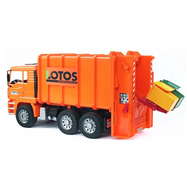Bruder Мусоровоз MAN оранжевыйМусоровоз MAN оранжевыйМусоровоз Bruder MAN выполнен в масштабе 1:16   Особенности:    Подходит модуль со звуком и светом H   В автомобиле открываются дверцы кабины, возможен доступ к моторному отсеку. С помощью специального механизма баки с мусором поднимаются и опорожняются в основную емкость.     В комплекте:    мусоровоз   2 мусорные корзины   Все изделия Bruder сертифицированы. При их изготовлении используются только нетоксичные материалы, не вызывающие никаких аллергических реакций.<br>