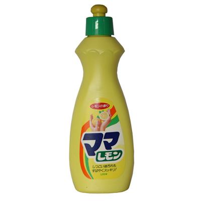 Lion Средство жидкое Mama Lemon для мытья посуды 380 млСредство жидкое Mama Lemon для мытья посуды 380 млГель Lion Mama Lemon для мытья посуды и детских принадлежностей - безопасное и высокоэффективное концентрированное средство. Оно отлично пенится, легко устраняет застоявшиеся или неприятные запахи. Содержит антибактериальные компоненты и экстракты, легко удаляет жир даже в холодной воде. Применение не требует защитных перчаток. Антибактериальная формула геля позволяет отчистить не только загрязнения, но и убить многие вирусы.  Состав: лауреат сульфат натрия (от 5 до 15%), натрий линейный алкилбензольный сульфонат (от 5 до 15%), сульфат цинка (до 5%), метилхлороизотиазолин и метилизотиазолин (до 5%), отдушка (до 5%), серная кислота (до 5%), этанол (до 5%), вода (30% и более).  Особенности: Предназначено для мытья посуды, кухонной утвари, а также для дезинфекции детских принадлежностей. Прекрасно справляется с любыми остатками пищи и жиром даже в холодной воде. Устраняет неприятные и стойкие запахи. Высокоэффективное, экономичное и безопасное средство, одобрено экологами. Обладает смягчающим эффектом для рук.  Способ применения: аккуратно потяните колпачок с дозатором вверх для мытья нанесите небольшое количество моющего средства на влажную губку или посуду после применения тщательно ополосните посуду<br>