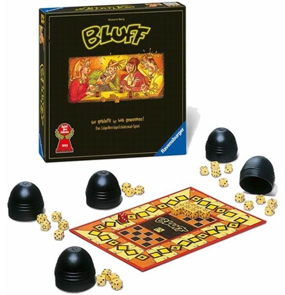 Ravensburger Настольная игра БлефНастольная игра БлефБлеф – веселая и очень азартная игра для компании друзей. В ней нужно бросать кубики и делать ставки, ставя их на кон. Кому удастся сохранить максимальное количество кубиков, выигрывает. Для этого понадобится удача, умение анализировать и блефовать.  У каждого игрока на руках по пять кубиков – костей. Каждый раунд игроки их перемешивают в плошках и высыпают на стол. О том, что выпало в плошке, должен знать только ее хозяин. Когда каждый игрок увидел свои кости, можно делать ставки: предполагать, сколько кубиков с одинаковым числом выпало в этом раунде. Первому игроку приходиться ориентироваться только на свои кубики, а всем остальным еще и на заявления уже сделавших ставку игроков. Каждый игрок может или принять и поднять ставку предыдущего игрока или отказаться от нее. Если ставка принята, можно делать свое предложение. Если не принята, все кубики открываются и подсчитываются.  Подсчет костей Если количество костей с заявленным номиналом оказалось меньшим, чем предполагал игрок, то он теряет часть своих кубиков. Если большим, то кубик отдает игрок, проверявший ставку. Если количество угадано точно, то все участники должны отдать по кубику. Победителем считается игрок, сохранивший в конце игры хотя бы один кубик на руках.  Игра «Блеф» будет отличным развлечением как в молодежной компании, так и в простой семейной обстановке. Она затягивает с первого раза, потому что действительно интересна, а все элементы ее сделаны на высшем уровне (как, впрочем, и у всех остальных игр от Ravensburger). По своему азарту Блеф вполне подойдет для вечеринок и дружественных посиделок. Любителям повеселиться мы ее от души рекомендуем.  Время игры: менее 15 минут Кол-во игроков: 3-6<br>
