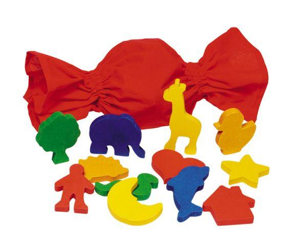 Goki Игра Мemo сенсорная Формы в мешочке CauseИгра Мemo сенсорная Формы в мешочке CauseИгра Мemo сенсорная Формы в мешочке Cause Goki 59009.  В ярко-красном мешке находятся разнообразные деревянные фигурки: дерево, слон, жираф, человечек, ежик, месяц, сердечко, дельфин, домик, звездочка, змейка.   Ребенку, в зависимости от возраста, можно предложить несколько вариантов игры:   1. рассмотреть внимательно и изучить в ручках все фигуры, затем сложить их в мешок и вслепую вынимать из него пары элементов.   2. По памяти называть цвет каждой фигурки.   3. Вынимать элементы из мешка, называя их правильно.   4. Придумать свою историю и построить из фигурок сценку. Игра развивает в первую очередь память, мелкую моторику, тактильные ощущения, знакомит с понятиями формы и цвета.  Материалы: дерево Возраст: от 3-х лет В комплекте: 12 элементов Длина элемента: 7 - 11,5 см<br>