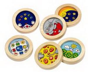 Goki Игра с шариками КружокИгра с шариками КружокИгра с шариками Кружок Goki 56022.  Задача ребенка - поймать металлические шарики в пять лунок. Приятно оформленная и качественно изготовленная традиционная игрушка разовьет у малыша ловкость и настойчивость в достижении результата.  Материалы: дерево Возраст: от 5-ти лет  Диаметр: 8 см<br>