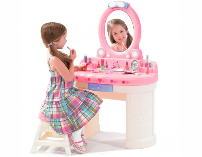 Step 2 Туалетный столик Маленькая БарбиТуалетный столик Маленькая БарбиВеликолепный туалетный столик Step 2 для маленькой прелестницы. Можно наводить красоту и хранить свои драгоценности! Безопасный, с закругленными углами. Непременно обрадует маленькую красотку!   Характеристики: изготовлен из высококачественного прочного пластика подходит для детей от 3 лет товар сертифицирован оригинальный дизайн столик обтекаемой формы, без острых углов вместительная поверхность устойчивые широкие ножки зеркало со светильником работающий светильник с таймером выключения через 5 минут выдвижной ящичек, куда можно положить все свои мелочи для красоты удобная табуретка легко моется прочная конструкция прослужит вашим детям долгие годы  В комплекте: ручное зеркальце расческа щеточка  Размеры(дхшхв) 71x36.5x104 см Вес 9 кг<br>