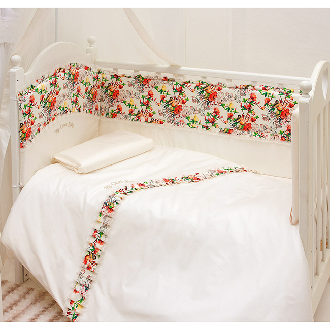 Комплект в кроватку Makkaroni Kids Sweet Baby 125x65 (6 предметов)Sweet Baby 125x65 (6 предметов)Комплект постельного белья Sweet Baby 125x65 (6 предметов). Классический, сдержанный дизайн и продуманная функциональность позволили комплекту Волшебная сказка завоевать сердца многих родителей!  Для производства комплекта используется только высококачественный материал - натуральный сатин (100 % хлопок), шитье ручной работы, гипоаллергенные, дышащие наполнители.  Особенности: Классический, сдержанный дизайн и продуманная функциональность позволили комплекту Sweet Baby завоевать сердца многих родителей! Борт по всему периметру кроватки, со съемными чехлами, состоит из двух частей, высота по периметру - 40 см, изголовье – 45 см. Наполнитель борта – холлофайбер, он совершенно не боится влаги, что говорит о его лучших гигиенических качествах. И - самое главное – в постельных принадлежностях из холлофайбера не заводятся клещи и прочая нежелательная живность.  Бортик от Makkaroni Kids прекрасно защитит вашего малыша от сквозняков пока он маленький, а когда ребенок подрастет и начнет самостоятельно вставать, предотвратит от возможных ушибов.  Большим преимуществом борта является съемные чехлы. Вы сможете его постирать и при этом не деформировать.  Верхняя ткань одеяла и подушки – 100% хлопок, наполнитель – бамбуковое волокно - обладает натуральными антимикробными свойствами, не вызывает никаких раздражений на коже человека, идеально подходит детям. Волокно из бамбука создаёт комфорт и обеспечивает здоровым и спокойным сном, регулирует температуру Вашего тела, обладает влагопоглощением, замечательной вентилирующей способностью. Размер одеяла позволяет продлить его использование до 5 лет.  Высота подушки, входящей в комплект - 2 см – оптимальная для головы новорожденного согласно современным исследованиям. Все постельные принадлежности в комплекте изготовлены из натурального сатина. Вы по достоинству оцените высокую износостойкость, надежность и долговечность этого текстильного 