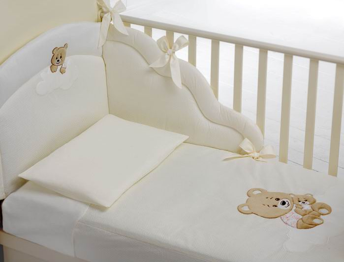 Комплект для кроватки Baby Expert Abbracci Trudi (4 предмета)Abbracci Trudi (4 предмета)Очаровательный комплект постельного белья Trudi от Baby Expert создаст уют и обеспечит комфортный сон для Вашего малыша. Отделка мягкими аппликациями ручной работы с медвежонком Trudi обязательно понравится Вам и малышу.   Комплект из 100% натурального хлопка (гипоаллерген и нетоксичен)  В комплекте детского постельного белья Trudi от BabyExpert Вы найдете:  Тонкое стеганое одеяло 70х100 см (наполнитель - синтепон) Пододеяльник 100х130 см Мягкий бампер 195х40 см Наволочку 40х60 см<br>