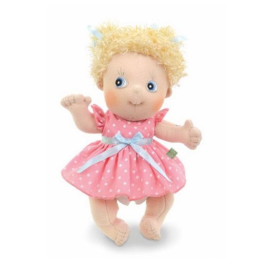 Rubens Barn Пупс ЭмилиПупс ЭмилиКукла Rubens Barn Эмили - смугленькая очаровательная малышка   Особенности:    Очаровательные голубые глаза, маленький носик и милая улыбка - вот что очаровывает окружающих в милой кукле от Rubens Barn. А яркий розовый в горошек наряд в сочетании со светлыми волосами приковывает к себе внимание детей и взрослых. Она никого не оставит равнодушным. Её так и хочется обнять и прижать к себе.  Лица мягких кукол (глаза, ресницы, нос, лоб, подбородок и даже веснушки) оформляются, вышиваются и сшиваются ТОЛЬКО ВРУЧНУЮ.  Одежда куклы фиксируется на спине на специальных застежках-липучках, что с легкостью позволяет комбинировать наряды и ухаживать за ними. Это невероятно удобно и безумно нравится детям.   Кукла сшита из гипоаллергенного полиэстера.<br>