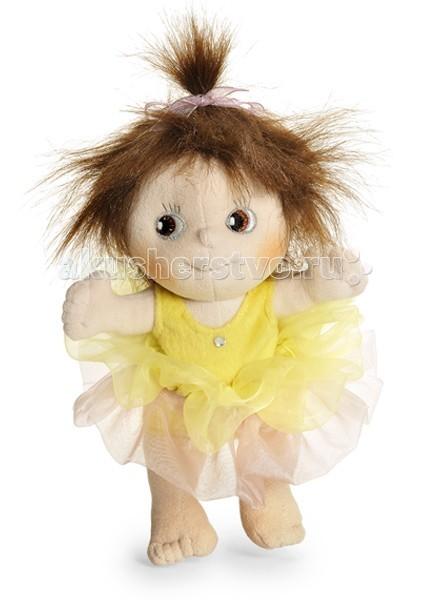 Rubens Barn Пупс Балерина LillyПупс Балерина LillyКукла Rubens Barn Lilly из коллекции Мини-балерина — станет отличным подарком для юной леди.    Особенности:    Очаровательные голубые глаза и задорная улыбка не останутся незамеченными. Кукла станет лучшей подружкой Вашего ребенка. Наряд подчеркивает ее легкость и воздушность.  Особого внимания заслуживает одежка. Ведь она, как и вся одежда тряпичных кукол шведского производителя, пошита из полиэстера. Отметим, что все одежки снимаются, их можно стирать в стиральной машинке и даже утюжить. Что особенно важно, так это то, что одежда изготовлена не просто для кукол, а добротно и тщательно, прямо как для людей.   Лица мягких кукол (глаза, нос, лоб, подбородок) оформляются, вышиваются и сшиваются ТОЛЬКО ВРУЧНУЮ.<br>
