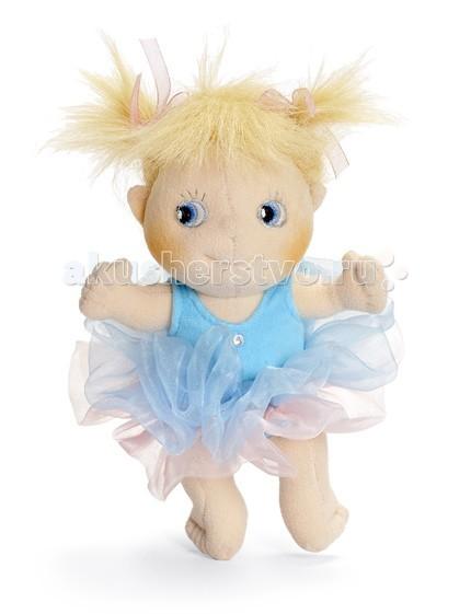 Rubens Barn Пупс Балерина SaraПупс Балерина SaraКукла Rubens Barn Sara из коллекции Мини-балерина — станет отличным подарком для юной леди.    Особенности:    Очаровательные голубые глаза и задорная улыбка не останутся незамеченными. Кукла станет лучшей подружкой Вашего ребенка. Наряд подчеркивает ее легкость и воздушность.  Особого внимания заслуживает одежка. Ведь она, как и вся одежда тряпичных кукол шведского производителя, пошита из полиэстера. Отметим, что все одежки снимаются, их можно стирать в стиральной машинке и даже утюжить. Что особенно важно, так это то, что одежда изготовлена не просто для кукол, а добротно и тщательно, прямо как для людей.   Лица мягких кукол (глаза, нос, лоб, подбородок) оформляются, вышиваются и сшиваются ТОЛЬКО ВРУЧНУЮ.<br>