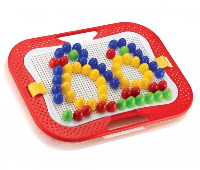 Quercetti Мозаика Фантастические цвета (100 деталей)Мозаика Фантастические цвета (100 деталей)Мозаика Quercetti Фантастические цвета для занятий мозаикой разовьет мелкую моторику пальцев, цветовосприятие и творческие способности ребенка.   В набор входит:  доска (28 х 20 см)  100 фишек (20 мм) 4х цветов  удобный кейс для их хранения и переноски   Оригинальный кейс имеет не только подставку для установки дощечки в наклонное положение и две удобные ручки для переноски, но и специальную рамку с отверстиями для фишек, на которой малыш тоже сможет создавать узоры<br>