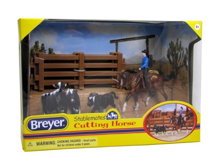 Breyer Набор Вестерн-каттингНабор Вестерн-каттингВсе животные линейки Stablemates являются игровыми моделями. Это не только лошади, но и быки, ламы, кошки и собаки, которые, несмотря на свои миниатюрные размеры, похожи на реальных животных.   Яркие и красивые, сделают первое знакомство ребенка с миром домашних животных веселым и запоминающимся.  Лучшим помощником ковбоя является его лошадь! Лошади помогают своим наездникам, в управлении стадом,в результате этого коровы например могут быть отсортированы или получить медицинскую помощь.  Набор включает в себя: ковбоя, лошадь, седло-вестерн и уздечку, теленка и 4 секции ограждения.    Рекомендовано детям от 4 лет.  Фигурки изготовлены из высококачественных материалов, экологичны и абсолютно безопасны. Набор упакован в подарочную коробку с окошком.<br>