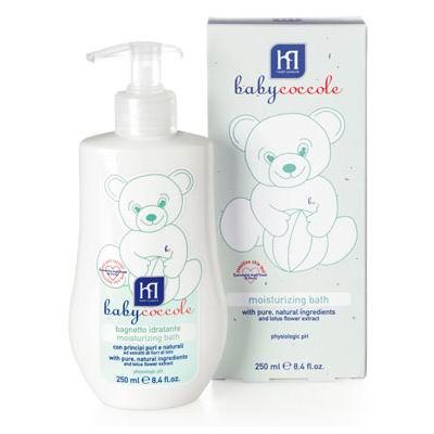 Babycoccole Пена для ванны увлажняющая 250 млПена для ванны увлажняющая 250 млС чистыми натуральными ингредиентами и экстрактом из цветов лотоса.  Описание и основные ингредиенты увлажняющая и смягчающая пена для ванн, созданная с заботой о нежной коже особенно подходит для чувствительной кожи новорожденных и маленьких детей расслабляет и защищает кожу, благодаря чистым и натуральным ингредиентам, таким как бетаглюкан овса, витамин F из льняного масла содержит нежный экстракт из цветов лотоса белая как молоко, включает смягчающие компоненты не содержит потенциально агрессивных ПАВ, таких как лаурилсульфаты (SLES-SLS) гипоаллергенна, обладает физиологическим уровнем pH  Применение добавить и развести небольшое количество в воде, либо нанести непосредственно на кожу ребенка, спокойными и нежными движения искупать ребенка температура воды должна быть не ниже 36.5 (температуры тела ребенка) нежный состав пены подходит для ежедневного использования ванну для ребенка необходимо готовить каждый день в одно и тоже время, лучше перед едой  Результат увлажненная, чистая нежная кожа с приятным ароматом   Тестировано тест на чувствительной коже – университет г. Павиа  Babyсoccole включает все линии косметики, необходимые для ухода за кожей новорожденных: «Купание», «Смена подгузников», «Уход за кожей», «Защита от солнца», «Atosesitive» (для кожи, склонной к атопическому дерматиту), «Антимоскитные средства», зубные пасты.  Косметика соответствует Европейской директиве 2003/15/СЕЕ, которая регулирует вопрос о недопустимости в содержании аллергических веществ. Для косметических средств характерен легкий мягкий запах мускуса с цитрусовой ноткой, который так подходит и нравится детям.  Babycoccole – это чистые и натуральные решения, созданные самой природой, потому что они основаны на использовании лучших и наиболее эффективных свойств компонентов растений.  Создана в результате глубоких исследований для ухода за нежной кожей новорожденных и маленьких детей. Разработана и произведен