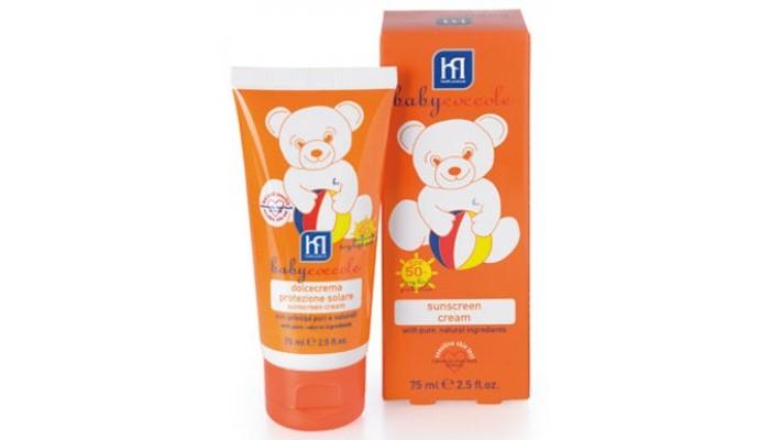 Babycoccole Крем солнцезащитный SPF50+ 75 млКрем солнцезащитный SPF50+ 75 млОписание и основные ингредиенты мягкий приятный крем нежно заботится о детской коже  разработан специально для защиты от воздействия вредных UVA и UVB лучей сбалансированная сильная формула из физических, химических и натуральных фильтров чистые натуральные ингредиенты, такие как экстракт коралловой водоросли, морские водоросли, рускогенин, аллантоин, гидрогенизированное касторовое масло, витамин Е делают этот крем легким в применении и нежным для кожи подходит для очень чувствительной кожи  содержит диоксид титана и оксид цинка кремовая мягкая текстура идеальна, когда детская кожа впервые подвергается воздействию солнечных лучей без парфюмерных добавок, не содержит алкоголя, без красителей, водостойкий гипоаллергенный, обладает физиологическим уровнем pH  Применение следуйте советам педиатров и дерматологов: нанесите крем на тело ребенка за полчаса до принятия солнечных ванн (наносить повторно каждые 2 часа, при необходимости чаще) позволяет защитить нежное тело ребенка от вредного солнечного воздействия  Результат смягчает кожу ребенка, имеет длительное воздействие  Тестировано тест на чувствительной коже – университет г. Павиа  Коралловые водоросли традиционно являются одним из лучших ингредиентов в солнцезащитной косметике. Водоросли оказывают увлажняющее и сосудосуживающее действие, снимают кожное раздражение. Богаты аминокислотами и микроэлементами. Защищают кожу от внешнего воздействия.  Рускогенин или рускоженин (Ruscogenin) - вещество, содержащееся в корне иглицы шиповатой, или колючей (Ruskus Aculeatus), которая растет на высокогорных альпийских лугах. Рускогенин способствует улучшению метаболизма клеток и выведению токсинов из мышечных тканей, стимулирует кровообращение и водно-солевой обмен, препятствует воспалительным процессам.  Аллантоин – один из самых ценных веществ в косметике, содержится в корнях окопника лекарственного (Symphytum officinale). Это растение с давних времен 
