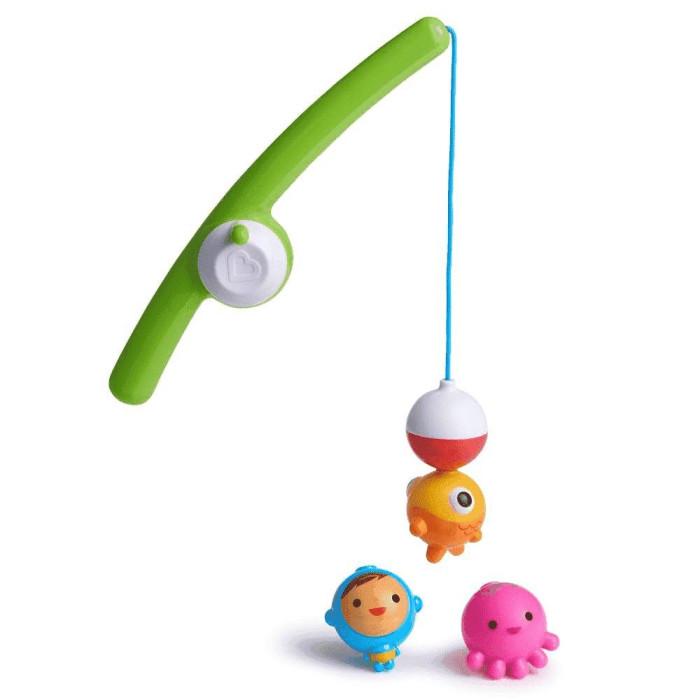 Munchkin Игрушки для ванной Весёлая рыбалкаИгрушки для ванной Весёлая рыбалкаВ набор входит удочка и две рыбки-брызгалки. Магнитный поплавок ловит рыбок, что помогает малышу развивать зрительно-моторную координацию. Возраст: с 24 месяцев.  Малыши любят всевозможные интересные занятия в ванной и это хороший повод использовать время купания с пользой для его развития. Интересные занятия позволяют ребенку находиться в ванной с удовольствием столько времени, сколько нужно. К таким игрушкам относится и Веселая рыбалка.   Магнитный рыболовный крючок легко ловит рыбу (в комплект входит две рыбки-брызгалки). Ручка удочки специально сделана таким образом, чтобы ребенку было удобно ее держать в руке. Катушка спиннинга издает веселые щелкающие звуки, которые придают игре реалистичность. Игрушка отлично подходит для развития координации зрения и координации движений ребенка и понимания причинно-следственных связей. Не исключено, что малыш уже в раннем возрасте освоит навыки рыбной ловли и сможет побыстрее составить компанию папе на рыбалке.  удочка с магнитным крючком и катушкой, а также 2 плавающие рыбки-брызгалки, которыми можно играть и отдельно малыш легко и просто научится ловить на удочку рыбок игрушка развивает координацию зрения и рук, понимание причинно-следственных связей катушка издает реалистичные щелкающие звуки<br>