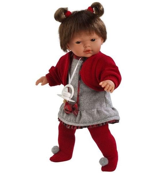 Llorens Кукла Кэролл 33 см L 33244Кукла Кэролл 33 см L 33244Кукла Llorens Кэролл - очень нарядная и красивая, с пухлыми щечками и миловидным личиком, похожа на настоящую девочку.   У куклы мягконабивное тельце, а ручки, ножки и голова выполнены из безопасного материала ПВХ. Куколка удобного игрового размера - 33 см.   Стильный, яркий наряд, реалистичные черты лица, приятные на ощупь волосики не оставят равнодушной ни одну малышку.   Кукла одета в серое платьице и красную трикотажную кофточку, красные колготки. Волосы завязаны в хвостики.  Кукла оснащен звуковым модулем: она умеет произносить слова «Мама» и «Папа». Для работы понадобятся 3 батарейки типа LR44 (входят в комплект).  В комплекте: кукла в одежде, соска-пустышка с цепочкой.  Перед эксплуатацией куклы расстегните на спинке одежду и удалите защитную пластину. Кукла работает на 3 батарейках AG13/LR44 (входят в комплект). Батарейный отсек расположен на спине куклы. Для замены батареек расстегните одежду на спинке куклы, с помощью крестовой отвертки откройте батарейный отсек, замените батарейки, закройте крышку батарейного отсека.  Упаковка - подарочная коробка.<br>