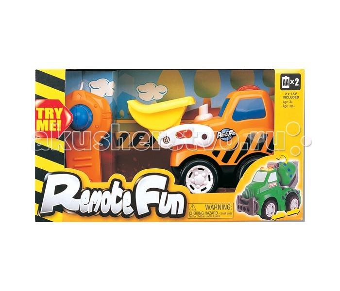 Keenway Бульдозер + дистанционное управлениеБульдозер + дистанционное управлениеБульдозер + дистанционное управление (свет, движется).  Игрушка Бульдозер - достойный представитель бренда KEENWAY.  Радиоуправляемые игрушки– яркие, веселые, качественные и маневренные игрушки, при первом взгляде покоряющие воображение маленького ребенка, вызывающие восторженную улыбку и формирующие позитивное отношение к окружающему миру.  Бульдозер имеет дизайн, приближенный к настоящему виду строительного бульдозера, но созданный специально для детишек от 3-х лет: округлая форма кузова, нет острых краев и в целом очень привлекательный на вид, чтобы моментально привлечь внимание ребенка.  Играя в Бульдозер KEENWAY, малыш развивает: - логику - тактильные ощущения - концентрацию внимания - воображение - навыки обращения с игрушками, требующими усидчивости и хорошей координации движений. Поиграйте вместе с ребенком, рассказывая ему о пользе разных средств передвижения и строительной техники.  Бульдозер «умеет» копать, переносить ковшом с места на место песок, камешки, строительные материалы.  Играть со строительной техникой всегда очень интересно и полезно: быть может, ваш ребенок в будущем будет талантливым строителем: пусть уже сейчас он тренируется в манипуляциях и ролевых играх, где учится строить.  Функциональность и особенности: - пульт имеет удобные кнопки - движение бульдозера вперед-назад, вправо-влево  В игровой набор входят: - игрушка Бульдозер от KEENWAY - пульт управления   Необходимые элементы питания: 2 батарейки размера «АА» (в комплекте) Качество исполнения: Игрушка Бульдозер выполнена из высококачественных материалов.  Детали и края аккуратно обработаны.  Поверхность блестящая и гладкая.   Цвет: желтый, оранжевый, белый благоприятно влияют на зрение и психологическое состояние ребенка во время и после игры.   Игрушки для маленьких на р/у сертифицированы, экологически безопасны для ребенка, использованные красители не токсичны и гиппоаллергенны.<br>