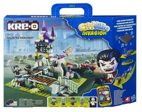 Конструктор KRE-O Hasbro СитиВиль ПреследованиеHasbro СитиВиль ПреследованиеНабор конструктора KRE-O СитиВиль Преследование - это функциональная и ярая современная игрушка из серии Конструкторы KRE-O от бренда Hasbro.  Hasbro всегда угадывает истинные желания современного мальчика, мечтающего о новой игрушке.  Интересный конструктор подарит массу приключенческих эмоций мальчику, который будет в него играть.  Конструкторы развивают: - воображение - усидчивость - умение проигрывать ситуации из увиденных ранее фильмов, мультсериалов - умение собирать конструкторы, содержащие большое количество деталей, с целью разноплановых сюжетно-ролевых игр - моторику - логику  - пространственно-образное мышление - речь: играет ли ребенок один или с друзьями, он с огромным интересом будет проговаривать игровые ситуации за придуманных героев Игровой сюжет и комплектность игрушки: В городе появились призраки и странные существа, вместо тишины и спокойствии воцарился полный хаос. Жители не знают, что делать, чтобы вновь стало безопасно и можно было выйти на улицу без опасений. Ты должен вернуть жителям их спокойствие и порядок. Помоги полиции и всем специальным службам города восстановить мир!   В комплекте:  - здание,  - 4 Креона, - пауки и змеи, - мост, - дополнительные элементы. Тип батареек: 3 х AAA / LR03 1.5V (мизинчиковые). Приобрести отдельно Упаковка: коробка в виде чемоданчика.  Качество исполнения:  Игрушка-конструктор «KRE-O СитиВиль Преследование» отличается тщательной проработкой и идеальной сочетаемостью деталей.   Материал: высококачественный пластик. Продукция экологически безопасна для ребенка, использованные красители не токсичны и гиппоаллергенны. Прошла строгий гигиенический контроль. Сертифицирована. Возрастная группа: содержит мелкие детали от 7 лет<br>