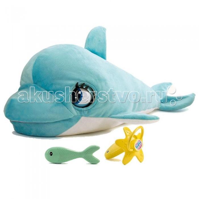 Интерактивная игрушка IMC toys Дельфин на батарейкахДельфин на батарейкахMC toys Дельфин на батарейках - ласковый и забавный малыш, который может мило хлопать глазками, открывать ротик и реагировать на Ваши прикосновения. Ему очень нужна забота и внимание. Когда он проголодается - попросит рыбку, а во время еды будет открывать и закрывать рот при этом забавно чавкая.   Когда дельфинчик поест и будет доволен - он начнет издавать звуки, моргать глазками. Дайте соску и он будет с радостью ее сосать, издавая милые звуки, пока не уснет. Дельфиненок еще совсем маленький и больше всего на свете он любит когда его гладят и обнимают.   Такая интерактивная игрушка непременно понравится Вашей малютке, потому что милый внешний вид дельфинчика будет настраивать на позитивные эмоции и поднимать настроение. Также дельфин превосходно играет роль компактной подушечки, а Ваш малыш может спокойно брать его в кроватку.  4 батарейки типа АА (входят в комплект)<br>