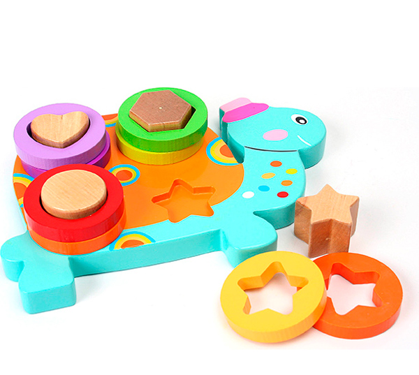 Деревянная игрушка Затейники Сортер ЧерепахаСортер ЧерепахаДеревянная игрушка Затейники Сортер Черепаха - это красочный сортер, который создан для самых маленьких.   Особенности: Он состоит из основания в виде забавного насекомого с 4 столбиками разной формы и кругов, с отверстиями повторяющими форму выступов.  Ребенку нужно лишь соединить все детали между собой.  Этот замечательный набор в игровой форме научит малыша различать форму и цвет, поможет улучшить моторику и координацию движений.  Размеры: 19.3 х 14 х 4 см<br>