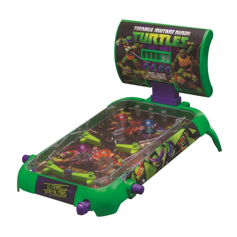 Turtles Настольная игра Пинбол TMNTНастольная игра Пинбол TMNTНастольная игра Пинбол TMNT  «Пинбол» TMNT– это динамичная и увлекательная настольная игра  Настольная игра «Пинбол» TMNT привлечет внимание любого ребенка своей яркостью и красочностью, и, наверняка, станет одной из самых любимых настольных игр. Комплектация состоит из игрового поля с прозрачной поверхностью и шариком внутри, специальным электрическим табло для ведения счета и удобными ручками для игроков.   Длина игрового поля – 53,5 см, ширина – 26,5 см, высота – 6,5 см.  Настольная игра от Playmates порадует любителей черепашек Ниндзя. Игровое поле можно разместить как на столе, так и на полу, и на диване.  Удобная форма поля позволяет устойчиво держаться ему на любой поверхности. Игровые наборы «Пинбол» рассчитаны только на одного игрока, но играть можно и по очереди, засчитывая победные очки, которые отражаются на электрическом табло, и суммируя их. После этого выявляется победитель. Табло расположено прямо перед игроком.   Увлекательная игра прекрасно развивает координацию движений и быстроту реакции, мелкую моторику рук и логическое мышление, а также внимание и усидчивость. Игра прививает детям собранность и сосредоточенность, а также умение достойно проигрывать и стремление к успеху.  Настольная игра «Пинбол» из серии «Черепашки Ниндзя» предназначена для детей от 4 до 10 лет. Для игры необходимы 3 батарейки типа LR-14, которые не входят в данный комплект. Продукция сертифицирована, экологически безопасна для ребенка, использованные красители не токсичны и гипоаллергенны.<br>
