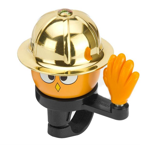 R-Toys Звонок Золотая кепкаЗвонок Золотая кепкаЗвонок в виде мальчика в золотой кепке. Мальчик машет рукой и очень забавно получается, когда нажимая на эту руку малыш звонит в звонок.  Верх — алюминий/латунь, основа-пластик.  Звонок - незаменимый аксессуар на любом велосипеде. Это как бижутерия для модницы,очень необходимая для создания цельного образа.  Для велосипеда и самоката важно, чтобы звонок не только хорошо звонил, но и подходил по цвету к велосипеду. Специально для этого мы предлагаем Вам коллекцию звонков самых разнообразных цветов.  За счет своей элегантности такой звонок подойдет на любой велосипед. Его звук приятен слуху, достаточно громок, чтобы освободить дорогу и очень красив, чтобы украсить ваш велосипед.  Подходит на любой руль, легко крепится с помощью винтика.  Размер - диаметр 55 мм.<br>