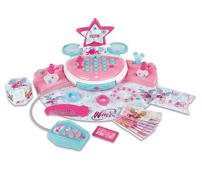 Smoby Мини-магазин WinxМини-магазин WinxИгровой набор Smoby Мини-магазин Winx, от 3 лет и старше.   В занимательном игровом наборе «Мини-магазин Winx» есть всё, что нужно настоящей моднице. Особенностью этих детских игровых наборов является огромное количество ярких деталей, которые разнообразят игру и будут способствовать развитию воображения и фантазии у малыша.   Ребенок, играя, сможет придумать множество сюжетно-ролевых ситуаций и провести время весело и беззаботно.  В комплекте: билеты Винкс — 8 шт, монеты — 12 шт, коробочки — 2 шт, бутылочки с лаком — 2 шт, гребешок, колечки — 2 шт, заколочки — 2 шт, маленькие звёздочки — 2 шт, браслетик.  Касса со звуковым эффектом, у кассы кнопки работают со звуком, есть жидкокристаллический экран. Давайте задания своим детям и Вы будете приятно удивлены с какой ответственностью они подходят к выполнению домашних обязанностей.   Эта игрушечная модель так близка к оригинальному аналогу. Ваш ребенок будет горд своими первыми успехами в освоении этой игрушки, а Вы будете гордиться развитием своего малыша. Поощряйте любознательность детей и Вы будете горды их успехами.  Кроме игры этот кассовый аппарат способен решать серьезные воспитательные задачи, развивает много хороших качеств: внимательность, ответственность и желание помогать, способность думать, считать, желание учиться и развиваться.  Smoby – это огромный выбор игрушек рассчитанных на разные возрастные категории, от новорожденных до младших школьников. Smoby – лидер в производстве игрушек для ролевых игр, и по праву может гордиться своей продукцией. Вся продукция произведена по лицензии известных торговых марок и точно повторяет внешний вид и функциональность оригиналов.<br>